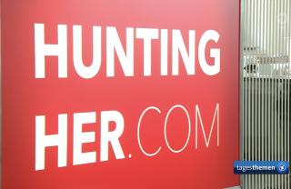Headhunter für Frauen: Logo der Personalberatung Hunting/Her in ARD-Tagesthemen